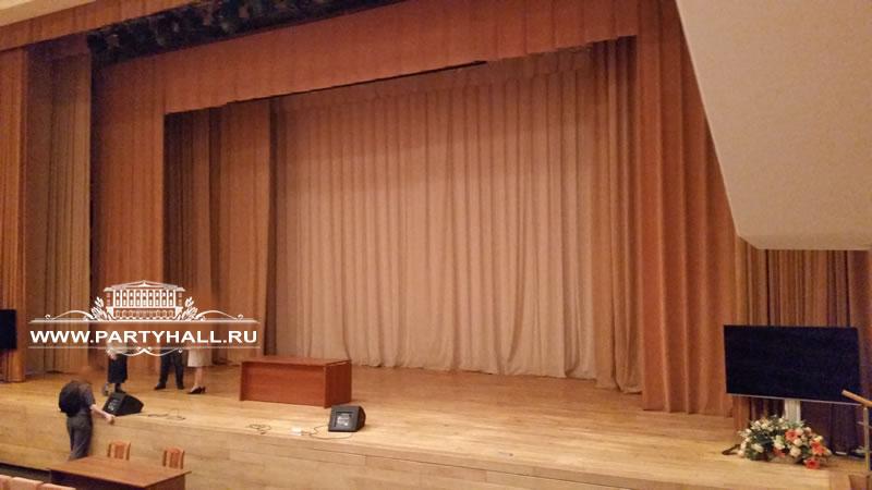 Зал с роялем на Достоевской