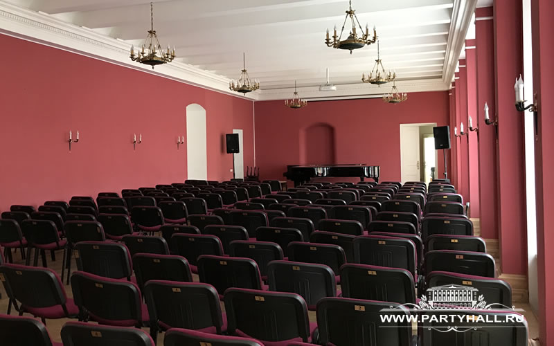 Зал с роялем в центре